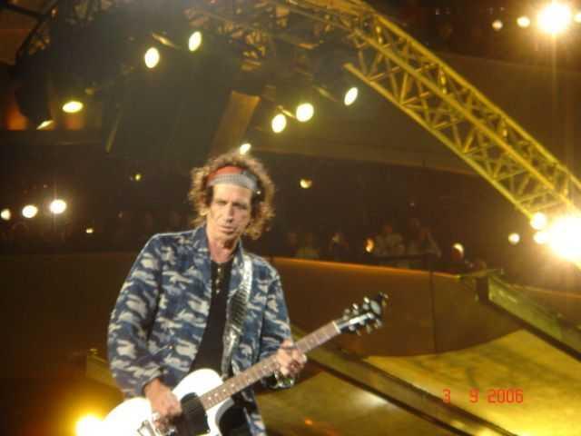 ♪頭蓋骨がギターを弾いている。
